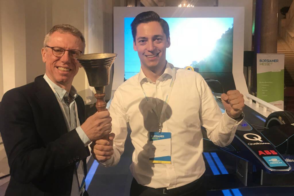 Peter Stöger und Veranstalter Dominik Hojas beim Bell-Testen (19.09.2018)