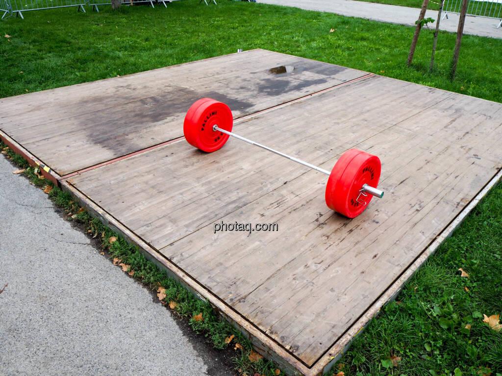 Gewicht, rot, Wiese, grün, © photaq.com (23.09.2018)