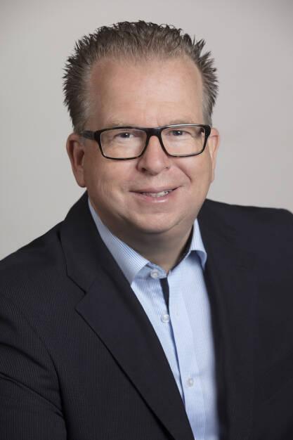 Thorsten Schrieber wird zum 1. Oktober dieses Jahres Mitglied des Vorstands der DJE Kapital AG. Damit erweitert er das DJE-Management-Team, bestehend aus dem Vorstandsvorsitzenden Dr. Jens Ehrhardt, dem stellvertretenden Vorsitzenden Dr. Jan Ehrhardt, Dr. Ulrich Kaffarnik sowie Peter Schmitz. Schrieber wird künftig die Vorstandsbereiche Vertrieb (Institutional, Wholesale, Retail), Sales Support sowie Marketing und PR verantworten. Credit: DJE Kapital (25.09.2018)