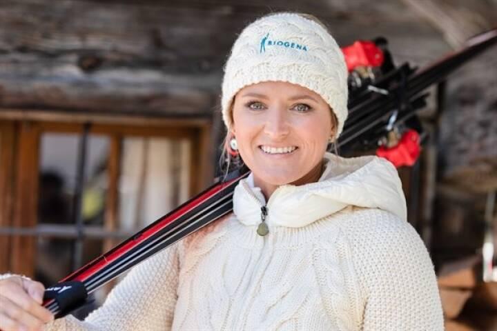 """Die  Doppelweltmeisterin, Moderatorin und Geschäftsfrau Alexandra Meissnitzer unterstützt Biogena als Markenbotschafterin. """"Ich freue mich, dass ich ab Oktober mit Biogena zusammenarbeiten werde. Biogena steht für Wissen, Gesundheit und Wohlbefinden. Das sind Werte, die ich mit Leidenschaft lebe. Gemeinsam werden wir den Österreicherinnen und Österreichern die Welt der Mikronährstoffe näherbringen"""", erklärt Alexandra Meissnitzer. Fotonachweis: Biogena"""