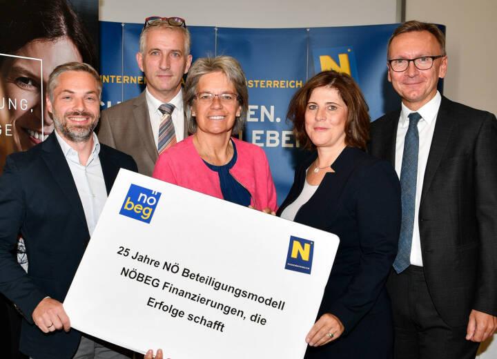 NÖ-Beteiligungsmodell unterstützt seit 25 Jahren den niederösterreichischen Wirtschaftsmotor: Landesrätin Petra Bohuslav (mi.) die beiden NÖBEG-Geschäftsführer Doris Agneter und Stefan Chalupa (re.), die Unternehmer Philipp Baumgartner (li.) und Josef Pichler, Credit: NLK Reinberger