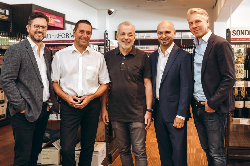 """25 Jahre nach der Gründung durch Heinz Kammerer beginnt für WEIN & CO mit der Übernahme durch die Hawesko Holding AG eine neue Ära. Im Vordergrund steht dabei der Ausbau der Marktführerschaft als Weinfachhandelskette, deren einzigartiges """"WINE – SHOP & DINE""""-Konzept künftig auch außerhalb Österreichs begeistern soll. vlnr. Alexander Borwitzky (Vorstandsmitglied der Hawesko Holding AG), Wolfgang Frühbauer (Geschäftsführer WEIN & CO) , Heinz Kammerer (Gründer WEIN & CO), Paul Truszkowski (Geschäftsführer WEIN & CO), Thorsten Hermelink (Vorstandsvorsitzender Hawesko Holding AG); Fotocredit:Philipp Lipiarski, © Aussendung (02.10.2018)"""