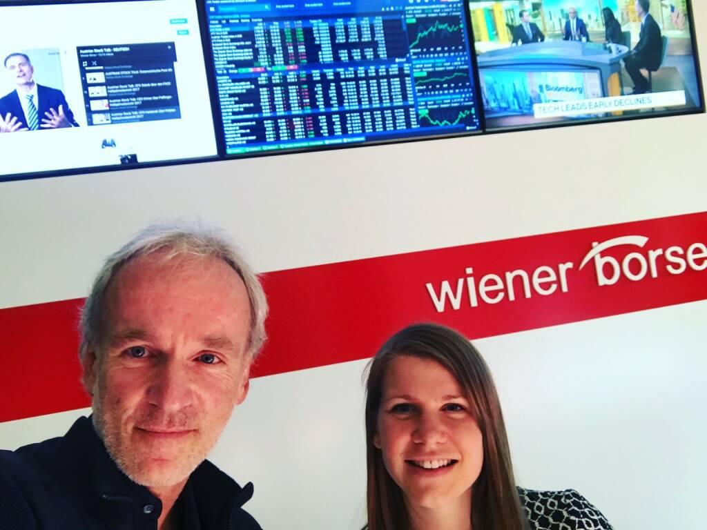 Mit Julia Resch vor den neuen Foyer-Screens in der Wiener Börse (04.10.2018)