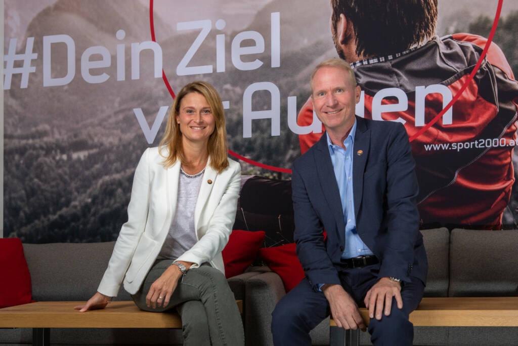 SPORT 2000 startet neue Marketingkampagne #DeinZielvorAugen; Vorstand Dr. Holger Schwarting und Marketingleiterin Mag. Natascha Krawinkler, haben mit dem neuen Markenauftritt das Ziel von SPORT 2000 klar vor Augen; Fotocredit: SPORT 2000, © Aussender (16.10.2018)