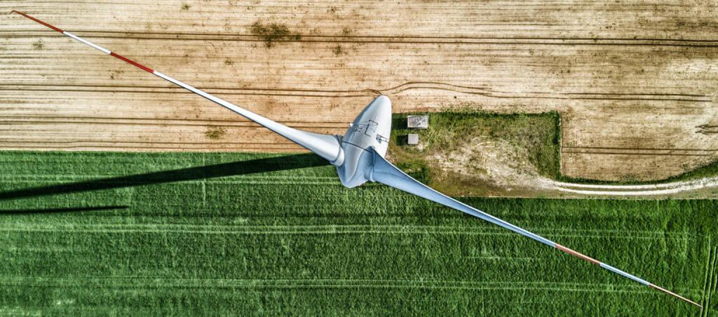 Gemeinsam mit Wien Energie veranstaltete die IG Windkraft unter dem Motto Fang den Wind in einem Bild den Windkraft-Fotowettbewerb 2018.  1.200 Fotos landeten auf dem Tisch der Fachjury. Das Sieger-Foto kommt von Christoph Reiter: Ich wohne in St. Pölten und sehe jeden Tag viele Windräder. Als ambitionierter Hobbyfotograf habe ich mir eine Drohne gekauft, denn ich wollte Windräder aus der Vogelperspektive fotografieren. Dadurch ist dieses tolle Bild entstanden. Credit: Christoph Reiter, © Aussendung (16.10.2018)