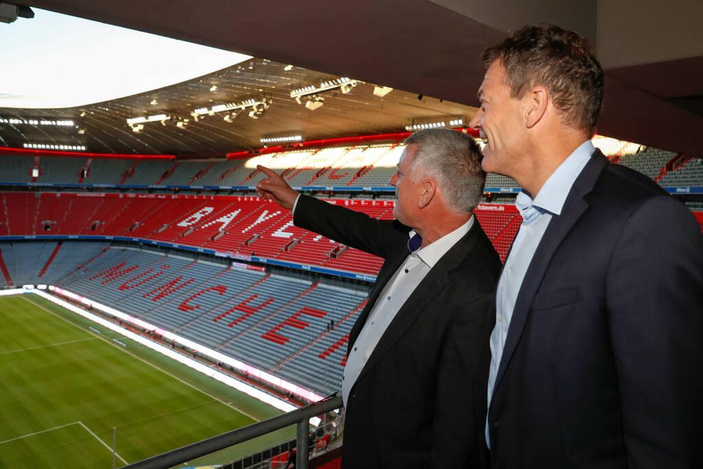 Zumtobel Group startet Lichtpartnerschaft mit dem FC Bayern München: Bayern München Marketing-Vorstand Andreas Jung (rechts) und Zumtobel-CEO Alfred Felder in der Allianz Arena München, Credit: Zumtobel, © Aussendung (18.10.2018)