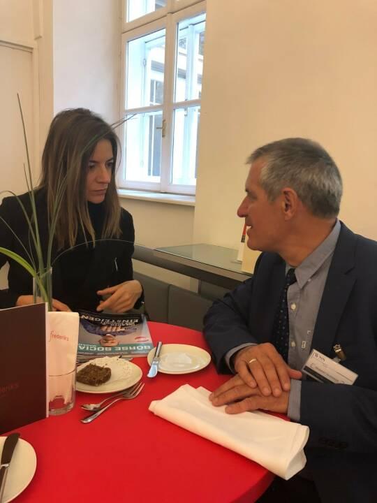 Präsentation des Österreich-Fonds der WSS Vermögensmanagement GmbH: Geschäftsführer Herbert Scherrer mit Börse Social Magazine-Redakteurin Christine Petzwinkler