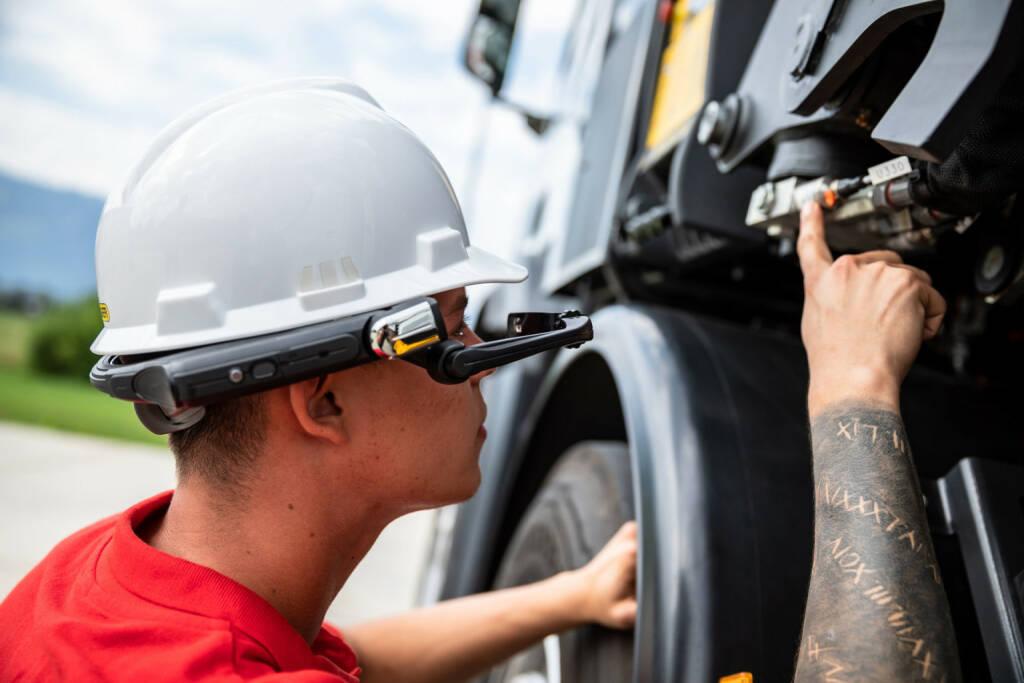 Palfinger optimiert Service mit Smart Eye: Mit der Assistenzlösung von EVOLARIS profitieren Servicetechniker von Live-Support per Datenbrille, Credit: Palfinger, © Aussender (25.10.2018)