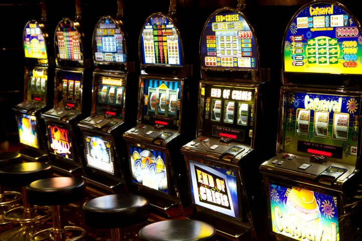 Casino, slot machines, einarmige Banditen, Glück - https://de.depositphotos.com/27037999/stock-photo-slot-machine-in-casino.html
