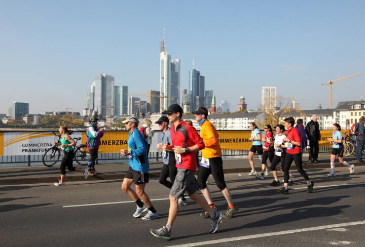 Frankfurt Marathon, Main, Commerzbank https://de.depositphotos.com/12410089/stock-photo-runners-on-the-bridge-over.html