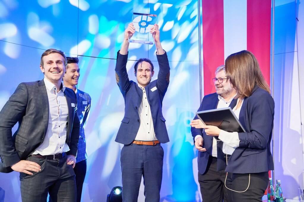 "iDWELL holt sich den ""StartUp Battle Champion 2018"" Titel; Personen:V.l.n.r.: Patrick Huber (Sales Manager iDWELL), Christian Karner (Account Manager iDWELL), Alexander Roth (CEO iDWELL), Karl Friedl (M.O.O.CON), Helene Fink (PR Fink); Fotocredit:IG Lebenszyklus Bau (21.11.2018)"