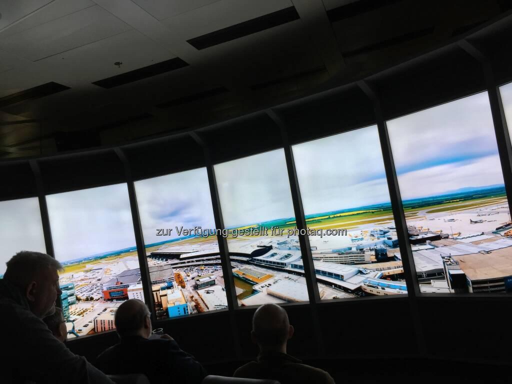 Bildschirm im Flughafen-Erlebnisraum, Aktionärstag 26.11.18 (26.11.2018)