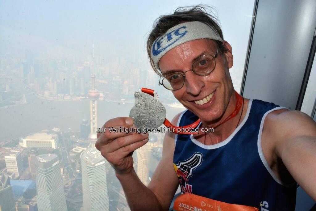 Im Shanghai Tower mit Tiefblick (!) auf den 468 m (!!) hohen Oriental Pearl Tower, Wahrzeichen von Shanghai (28.11.2018)