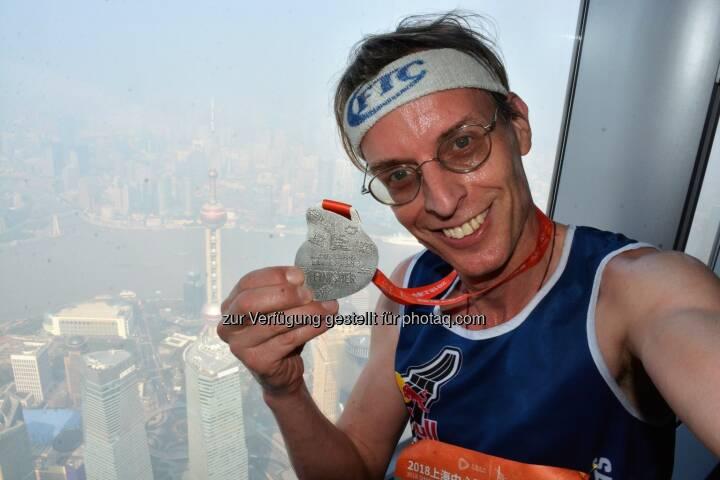 Im Shanghai Tower mit Tiefblick (!) auf den 468 m (!!) hohen Oriental Pearl Tower, Wahrzeichen von Shanghai