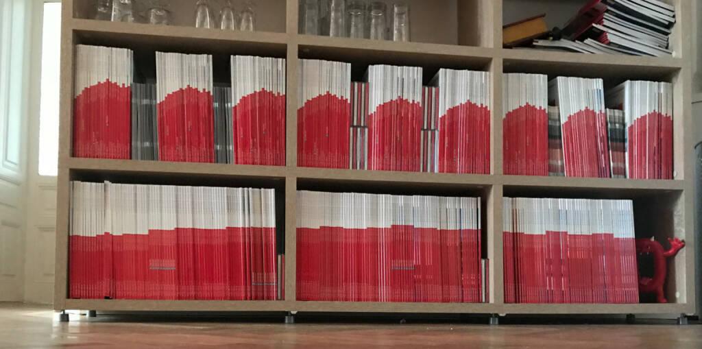 Wien : #boersesocialmagazine zeigt den ATX-Chart im Büro: 9 Sammlungen mit derzeit 22 aneinandergereihten Monatsausgaben, darunter ein gestreckter Chart. http://www.boerse-social.com/magazine . Komplette Sets aller 22 Ausgaben gibts nur noch wenige. Nachfragen., © Aussender (03.12.2018)
