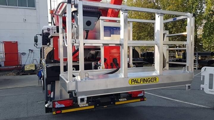 Im Rahmen eines Kundenevents in Löbau präsentierte Palfinger seinen teleskopierbaren Arbeitskorb, jetzt auch erhältlich für die P 370 KS. Bildquelle: Palfinger