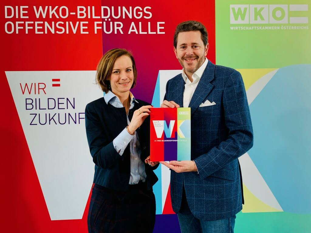 """WKÖ-Präsident Harald Mahrer gibt den Startschuss zur Bildungsoffensive """"Wir bilden Zukunft"""". """"Wir haben es als Wirtschaftskammer-Organisation und als größter privater Bildungsanbieter in Österreich selbst in der Hand, der Berufsbildung eine neue Dimension zu geben und tun dies in Form eines umfassenden Reform- und Innovationsprozesses. Wir gestalten die Lehre neu und erweitern sie um digitale Kompetenzen zu einer trialen Ausbildung, wir schaffen einen Campus der Wirtschaft als generationenübergreifendem Workspace für alle, wir entwickeln virtuelle Lernplattformen und bieten mit 1000 Bildungspfaden lebenslange Karriereperspektiven"""", so Mahrer (hier im Bild mit stv. WKÖ-Generalsekretärin Mariana Kühnel); Credit: WKÖ/DMC, © Aussender (15.01.2019)"""