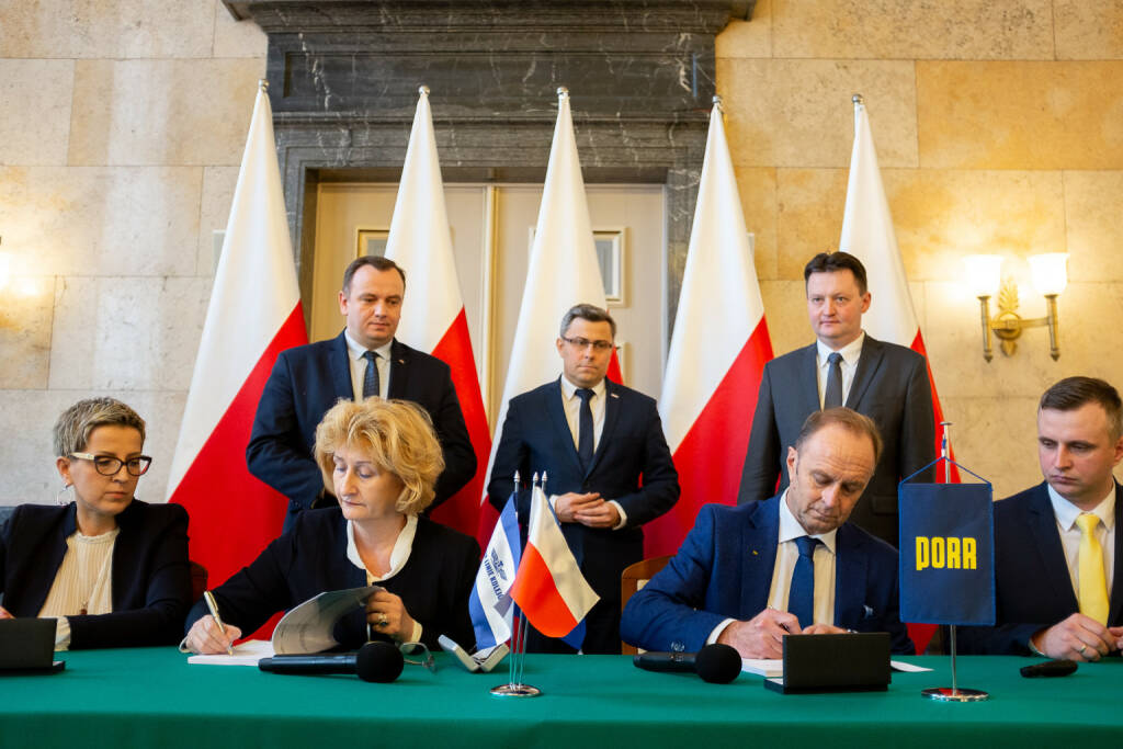 "Die PORR hat von der PKP PLK S.A. den Auftrag zur Modernisierung eines Abschnitts der ""Metropolitan Railway Beltway"" erhalten. PKP PLK Signing (v.l.n.r.): Edyta Swiatek (PKP PLK SA, Deputy Director of the Silesian Region for financial affairs), Bozena Kozmowska (PKP PLK SA, Deputy Director of the Silesia Region for EU projects), Jakub Chelstowski (Marshal of the Silesian Voivodeship), Jaroslaw Wieczorek (Silesian Voivode), Siegfried Weindok (Member of the Board PORR S.A.), Arnold Bresch (Member of the Board, PKP PLK SA) & Jan Chmiel (Director of the Railway Department PORR S.A., Proxy) Credit: Porr, © Aussendung (17.01.2019)"