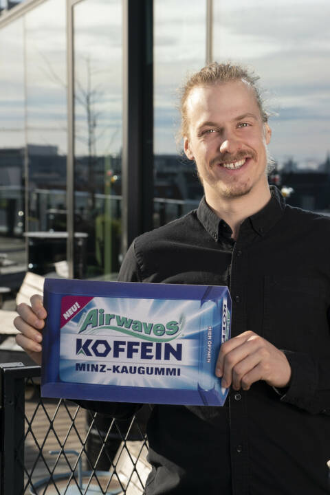 Manuel Feller und der neue Airwaves Koffein Kaugummi / Koffein-Kick fürs Saisonfinale, Fotocredit:adam GmbH Co KG