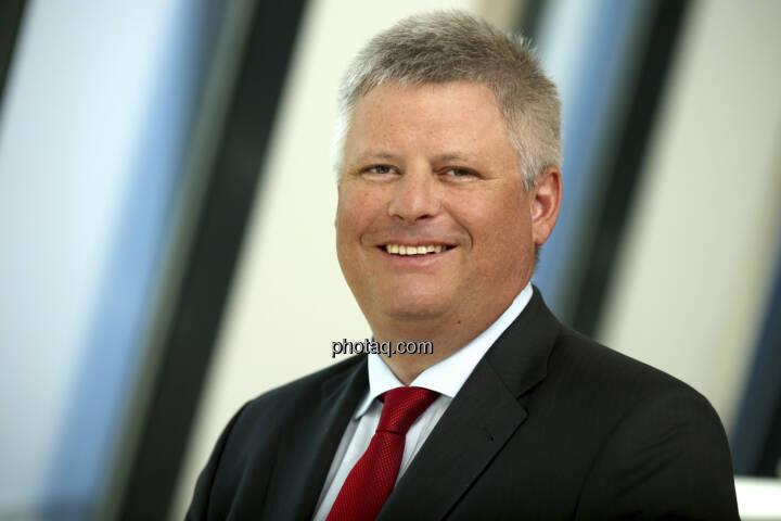 Erste Group-Rochade: Manfred Wimmer wird mit 1. September 2013 auf eigenen Wunsch aus dem Vorstand ausscheiden und in den Ruhestand treten. In seiner Funktion als Finanzvorstand wird ihm der bisherige Risikovorstand Gernot Mittendorfer nachfolgen. Andreas Gottschling (Bild), der bis vor kurzem als Bereichsleiter bei der Deutschen Bank für die Risikoanalyse sowie das operative Risikomanagement zuständig war, wird ab 1. September diese Funktion in der Erste Group ausfüllen und das Vorstandsteam rund um Andreas Treichl ergänzen.