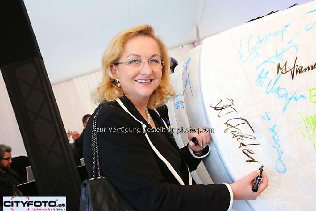 75 Jahre Lenzing: Maria Fekter unterschreibt, © cityfoto.at (23.06.2013)