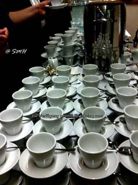 Michael Fischer: Nachdem Herr Rothensteiner versprochen hatte, dass dem gewöhnlichen Aktionärsvolk auch Kaffee gereicht wird wie denen oben auf der Bühne, dauerte es trotz zahlreich anwesenden Catering-Personals noch einmal rund 1/2 Stunde, bis der Kaffee gekommen ist. Musste ja alles schön ordentlich aufgestapelt werden, damit es was gleich schaut. Also 1/2 Stunde Warten auf den versprochenen Kaffee. Wenn der Vortrag des Vorstands nicht alleine schon 2 Stunden gedauert hätte, und wenn sie sich den schwachsinnigen Werbefilm zwischendurch erspart hätten, den wir eh schon so oft gesehen haben, dann wäre die HV auch in christlicher Zeit zu bewältigen gewesen. Man wird den Verdacht nicht los, diese Aktionärsdisziplinierungsmaßnahme (5 Stunden ohne Essen und ohne Kaffee) hat den Zweck, die Aktionäre vom Besuch der HV abzuhalten. Es wirkt, denn die, die vorzeitig gegangen sind, sind mit den Worten gegangen Nie wieder geh ich auf eine Raiffeisen-Hauptversammlung! ... was sie wohl mit dem vielen Essen gemacht haben, das nach Ende der HV, wo schon die Hälfte der Leute weg war, noch gebracht worden ist? Wohl ab in den Müll damit. Besser, als es den Aktionären zu gönnen. (26.06.2013)