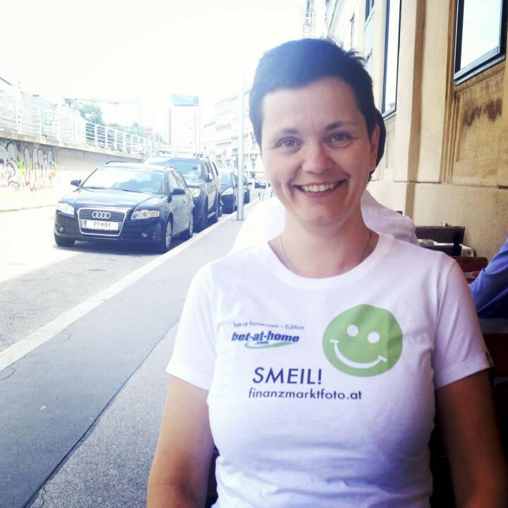 CSR Smeil! Cornelia Dankl, Bonus Vorsorgekasse AG und Obfrau CSR-Circle (Shirt in der bet-at-home.com-Edition)