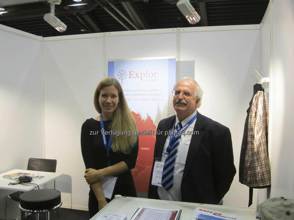 Chris Dupont von Explor Resources mit einer deutschen Geologiestudentin, die bei den Übersetzungen hilft!, © IRW-Press (15.12.2012)