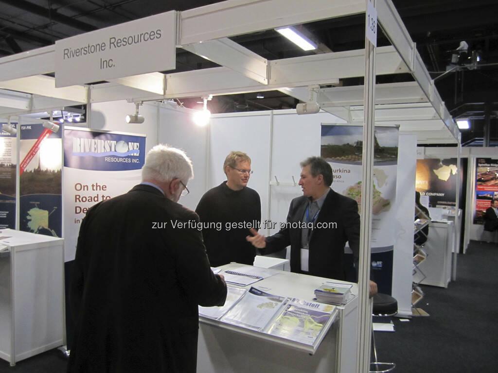 Don Mosher von Riverstone Resources im Gespräch mit einigen Investoren, © IRW-Press (15.12.2012)