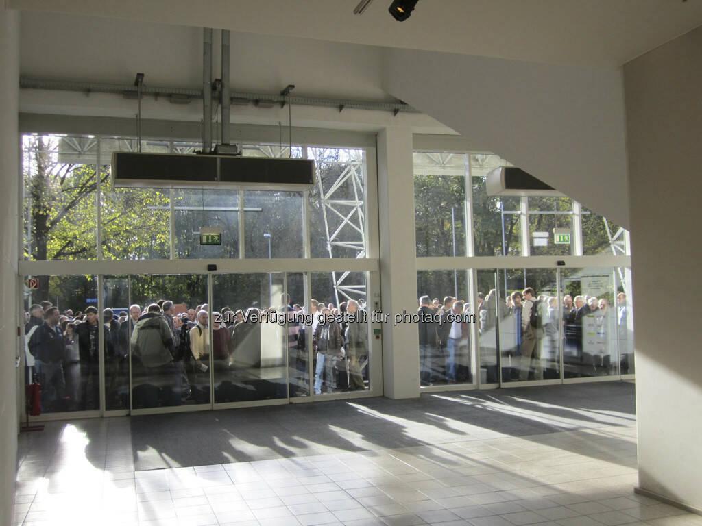 Die Messebesucher warten geduldig auf Einlass!, © IRW-Press (15.12.2012)