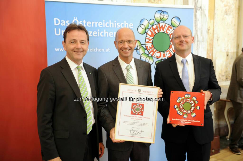 AVM nachhaltig: Minister Niki Berlakovich überreicht BKS Bank-VDir. Wolfgang Mandl und Portfolio-Manager Karl-Heinz Samonig das Österreichische Umweltzeichen für nachhaltige Finanzprodukte (09.07.2013)