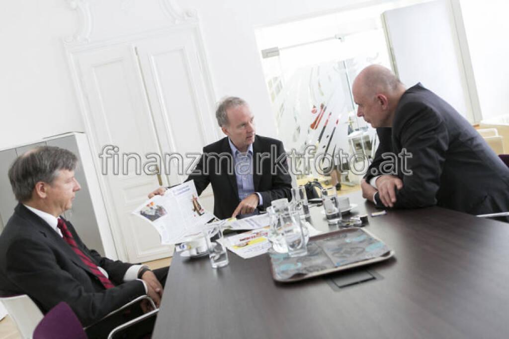 Kapitalmarktbeauftragter Wolfgang Nolz mit den Fachheften, mehr unter http://finanzmarktfoto.at/page/index/546 (15.07.2013)