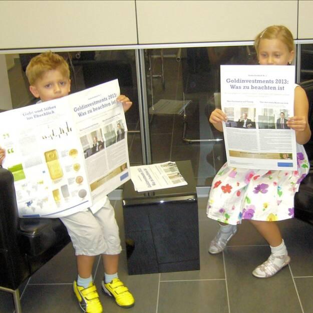 Junge Leser mit dem Sonderfachheft 2 Gold (c) Martina Draper für philoro (15.07.2013)