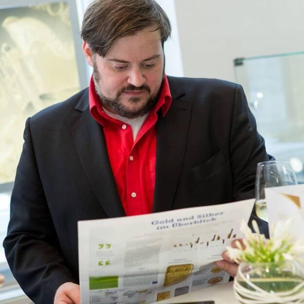 Florian Mader (SPÖ) liest das Sonderfachheft 2 Gold (c) Martina Draper für philoro (15.07.2013)