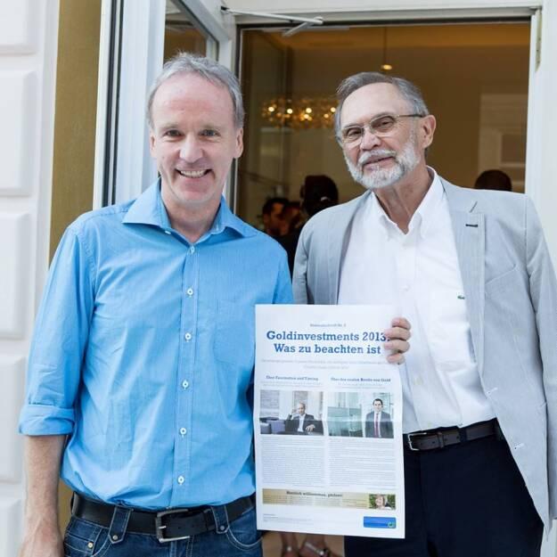 Das Sonderfachheft 2 Gold (c) Martina Draper für philoro - im Bild der Herausgeber und sein ehemaliger Deutschlehrer (15.07.2013)