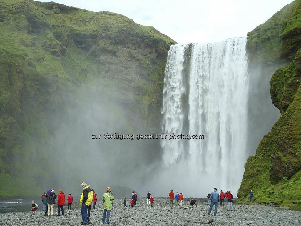 Seljalandsfoss, Wasserfall mit Touristen - Island, © Gabriele Hartweger (15.07.2013)