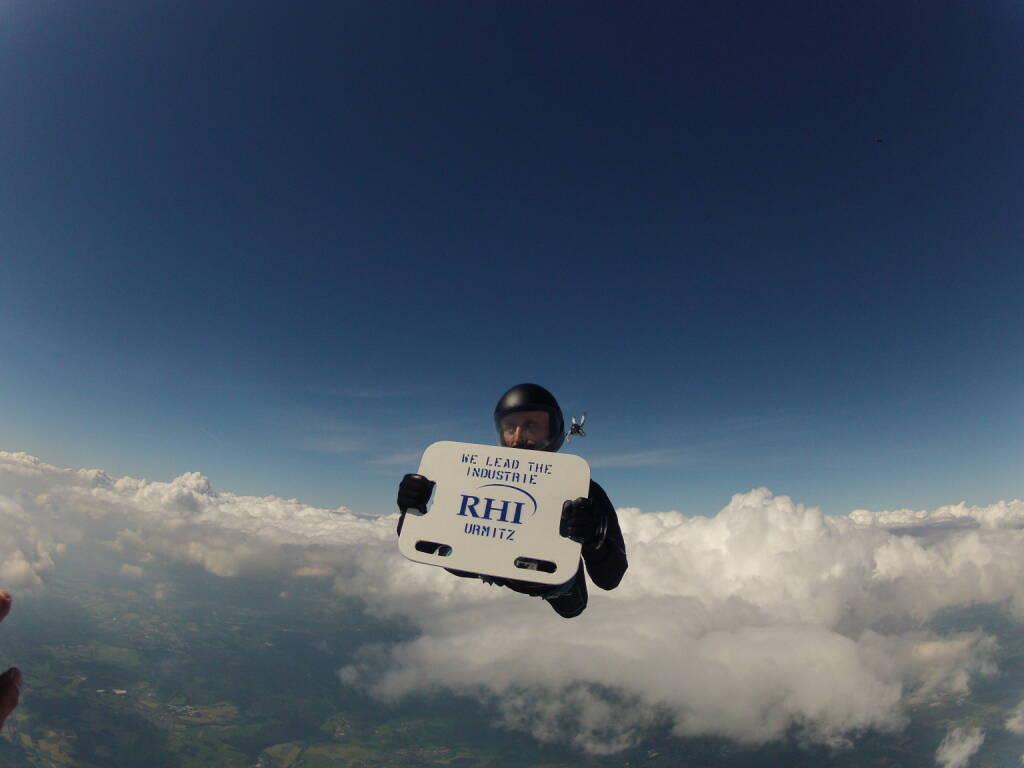 Ein deutscher RHI-Mitarbeiter bringt die Marke via Fallschirmsprung in luftige Höhen (18.07.2013)