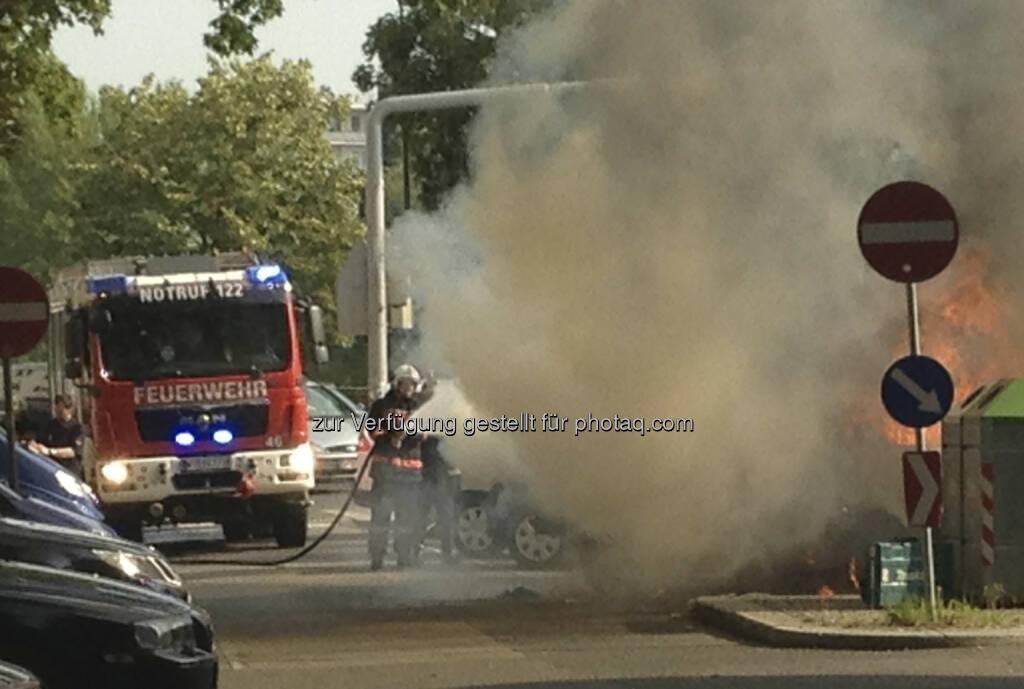 Feuerwehr löscht, ein Auto brennt in 1090 Wien völlig aus (19.07.2013)