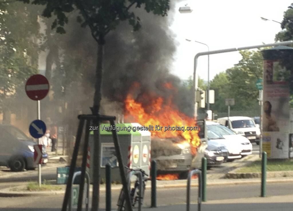 Ein Auto brennt in 1090 Wien völlig aus, Höhe U4 Friedensbrücke (19.07.2013)