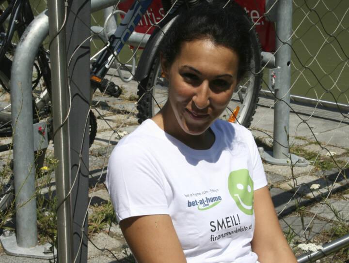 Fahrrad Smeil! Suzan Aytekin, mehr unter http://finanzmarktfoto.at/page/index/582 (Shirt in der bet-at-home.com-Edition)