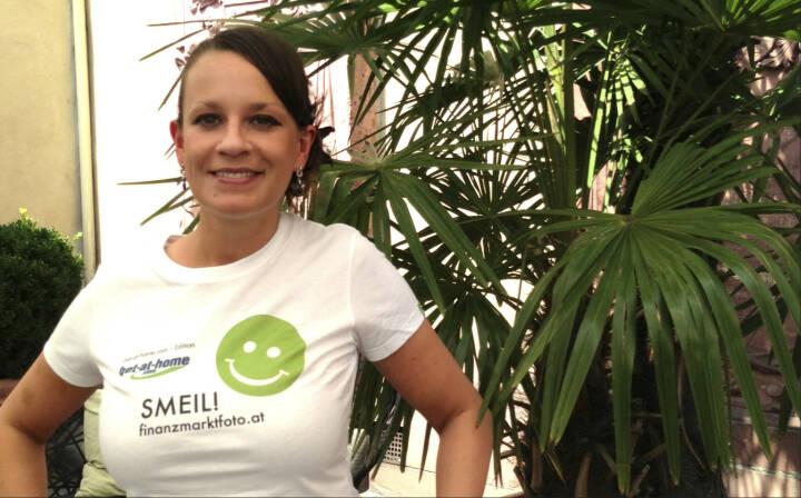 Wallstreet (Online) Smeil! Caro Detzer, mehr unter http://finanzmarktfoto.at/page/index/582 (Shirt in der bet-at-home.com-Edition)
