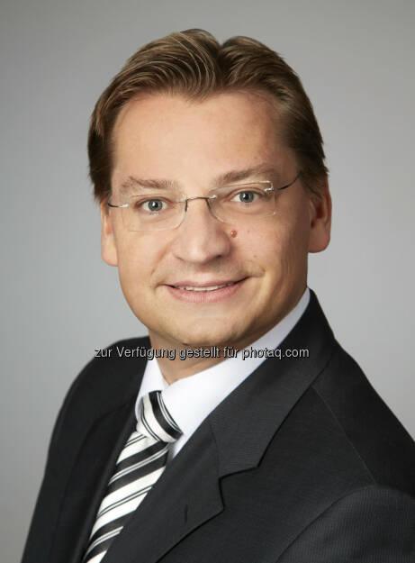 Das internationale Immobilienberatungsunternehmen Savills gibt bekannt, dass Michael Wanner (38) am 22. Juli 2013 die neugeschaffene Position des CFO für Savills Deutschland angetreten hat. Wanner verfügt über langjährige Erfahrung im Dienstleistungs- und Immobilienbereich und war zuletzt als Vice President für den Bereich Finance, Accounting und Controlling der GAZIT Germany Beteiligungs GmbH & Co. KG verantwortlich. Zuvor war Wanner u. a. für die Groß & Partner Grundstücksentwicklungsgesellschaft mbH sowie die Archon Group Deutschland GmbH erfolgreich tätig und bringt somit umfangreiche Kenntnisse für die neue Funktion des CFO ein (c) Aussendung (23.07.2013)