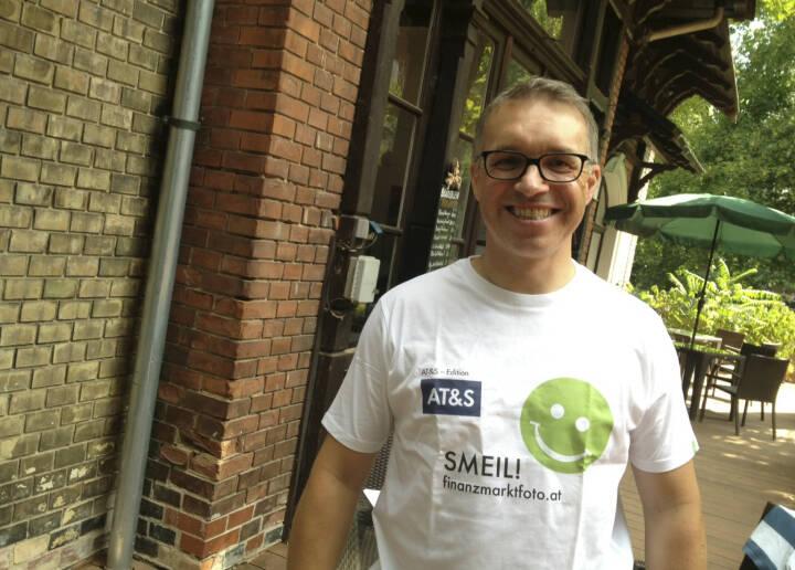p48 Tennisplatz Smeil! Alfred Reisenberger, Marktteilnehmer (Shirt in der AT&S-Edition)