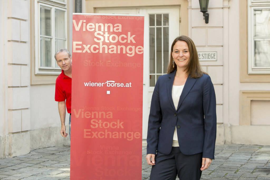 Anita Schatz, Wiener Börse, und der Wiener-Börse-Haustroll für http://finanzmarktfoto.at/page/index/407 , © Martina Draper/Christian Drastil (26.07.2013)