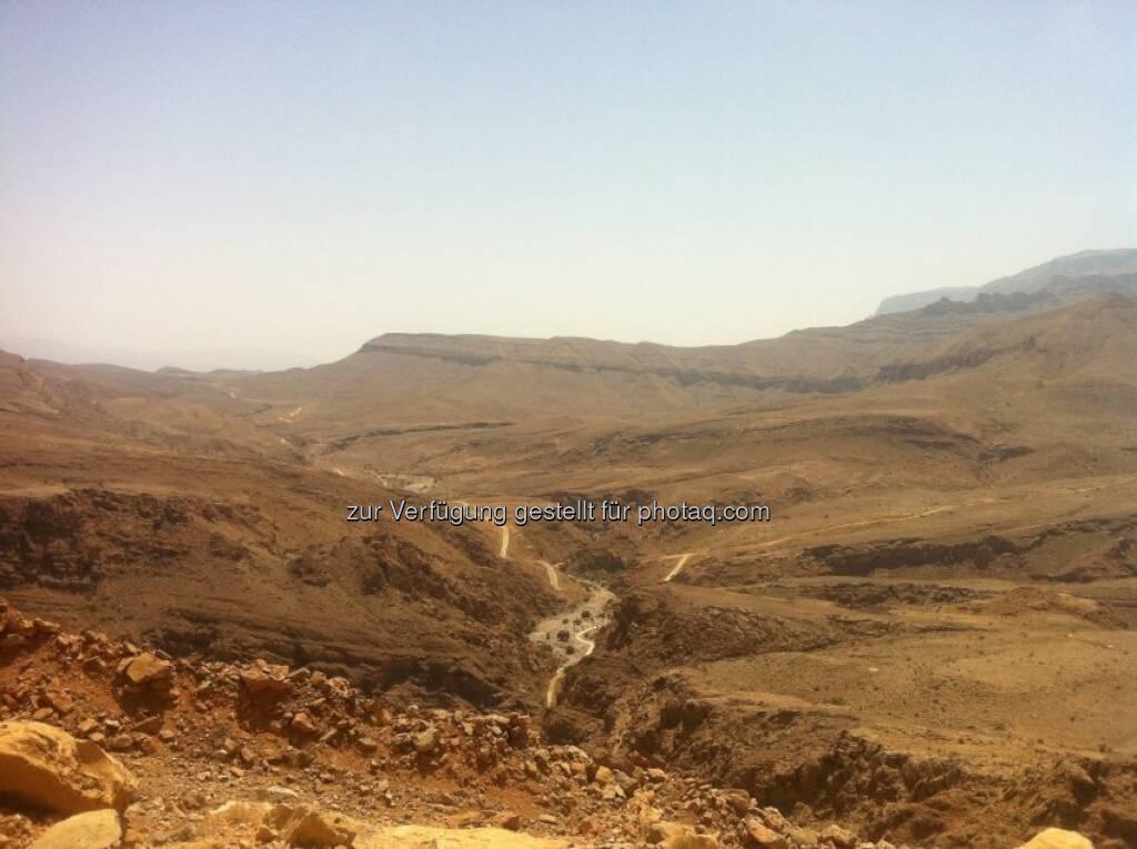 Vom Ministry of Regional Municipalities and Water Resources erhielt die arabische Strabag Oman LLC den Auftrag zum Bau eines Hochwasserschutzdamms in der Nähe von Sur im Oman. Das Auftragsvolumen beträgt € 92 Mio. Zusätzlich zum Bau des 1,2 km langen Erddamms umfasst das Projekt erhebliche Erd- und Erosionsschutzarbeiten im Abfluss des Wadi-Kanals sowie den Bau einer 5 km langen Umleitung einer bestehenden Überlandstraße. Bis August 2016 sollen die Arbeiten abgeschlossen sein. Bild: Der derzeitige Zustand der Straße zwischen Wadi Mingal und Wadi Bani Jaber (28.07.2013)