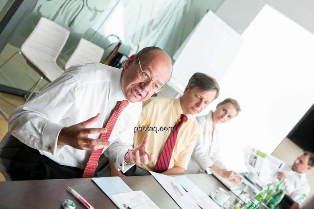 Michael Spiss (RCB), Heinrich Traumüller (Büro des Kapitalmarktbeauftragten, BMF), Andrea Pelinka-Kinz (RCB), im Hintergrund ein Fachheft-Leser, © finanzmarktfoto.at/Martina Draper (06.08.2013)
