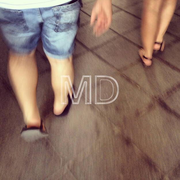 Männer-/Damenbeine in Flip-Flops, © www.martina-draper.at (11.08.2013)