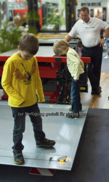 Palfinger - Bedienung einer MBB Hubladebühne – kinderleicht - aus http://blog.palfinger.ag/am-ende-des-fahrzeugs-wird-alles-gut-hubladebuhnen-und-ladebordwande-aus-dem-palfinger-konzern/ (18.08.2013)