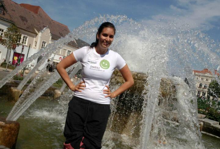 Brunnen Smeil! - Fotografin Michaela Mejta (www.mejta-arts.at) beim Abkühlen, Shirt in der bet at home edition