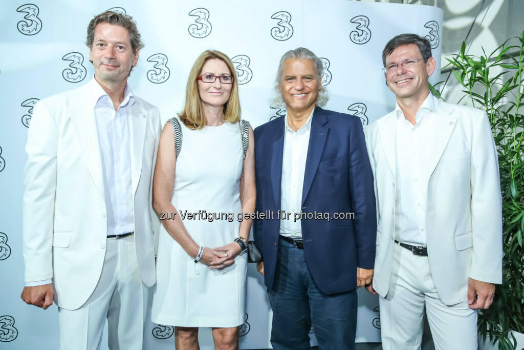 UPC Geschäftsführer Thomas Hintze (blau) mit 3 Geschäftsführung, © 3 (20.08.2013)